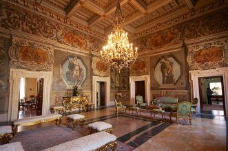 36 -Rieti. L'Interno di Palazzo Vincentini è decorato con pitture del 1932 che raffigurano Marco Terenzio Varrone e Tito Flavio Vespasiano