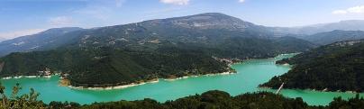 16 -Rieti. Il Lago del Salto è il più grande lago artificiale del Lazio. Si trova in Provincia di Rieti ed è stato creato nel 1940 dallo sbarramento del fiume Salto con la Diga del Salto e la conseguente sommersione dell'omonima profonda Valle nel Cicolano. Le sue acque sono condivise con quelle del vicino lago del Turano, altro bacino idroelettrico, mediante un canale artificiale lungo circa 9 km sotto la giogaia del Monte Navegna (1508 m s.l.m.).