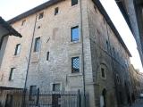 39 -Rieti. Il Palazzo Potenziani Fabri è un palazzo di Rieti. Sito in via dei Crispolti, si erge sul bordo dell'altura rocciosa su cui è edificato il centro storico, e il suo profilo domina la visuale sud della città. Al suo interno ospita una serie di affreschi. Fondato nel XIII secolo, è stato posseduto prima dai Fabri e poi dai Potenziani fino 1979, quando fu sottoposto ad un impegnativo restauro, che ha permesso di riportarlo all'aspetto originario.