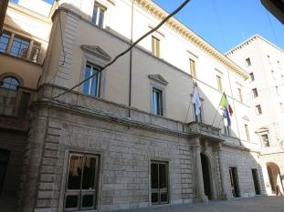 33 -Rieti. Palazzo Dosi Delfini Antico palazzo, posto al centro della città, in stile architettonico tardo Barocco, oggi è sede di una banca e di alcuni uffici provinciali. Accanto alla dominante architettura barocca, si affianca quella neoclassica.