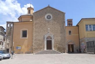 44 -Rieti. La chiesa di San Francesco. Questa chiesa è stata realizzata, nel XIII secolo dai Francescani, la sua facciata è sempre in pietra, e all'interno della chiesa, troviamo una struttura a tre navate.