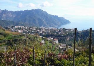 1 -Prov. di Salerno. Veduta panoramica su Ravello e costiera amalfitana. Ravello è situato su di una ripida rupe all'altitudine di 315 m s.l.m, gode di una famosa vista panoramica sul Mar Tirreno e sul golfo di Salerno.