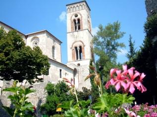 6 -Ravello, Il campanile del Duomo a due piani, con bifore e archi intrecciati, risale al XIII secolo.