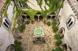 34 -Ravello. Hotel e Villa Cimbrone, cortile interno.