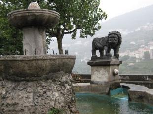 25 - .Ravello. La fontana in Piazza Fontana dove c'è anche il palazzo Rogadeo.
