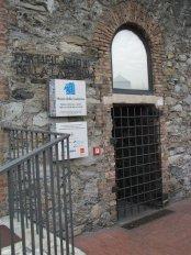 9 -Genova. Annesso alla torre sorge il Museo della Lanterna, un museo multimediale dedicato alla città e al territorio provinciale, raggiungibile con una passeggiata di circa 800 metri che dal Terminal Traghetti costeggia le vecchie mura fino al faro.