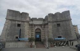 103 -Genova. Porto antico, questa la porta che faceva parte delle mura cinquecentesche edificate tra il 1551 e il 1553 da Galeazzo Alessi. Il nome deriva da cibaria poiché attraverso questo varco transitavano le derrate alimentari che giungevano via-mare e quelle in partenza destinate ad altri porti del Mediterraneo.