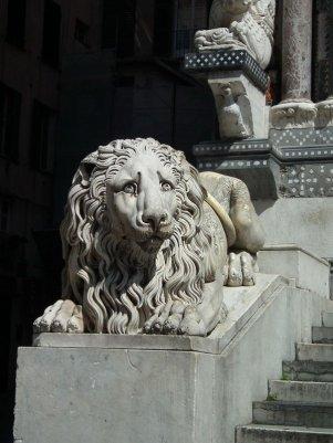 87 -Genova. statue-ottocentesche-raffiguranti-leoni-che-affiancano-la-scalinata-della-cattedrale-dello-scultore-rubatto