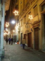 15 -Genova,via-san-luca-di-sera-nel-periodo-natalizio-la-strada-medioevale-anticamente-nota-come-carrubeo-recto_genova_