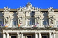 46 -Genova, le_statue_al_ducale il-coronamento-di-trofei-della-facciata