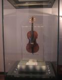83 -Genova. Il palazzo Doria-Tursi Il violino costruito dal liutaio italiano, Bartolomeo Giuseppe Antonio Guarneri e appartenuto a Niccolò Paganini e detto Il Cannone