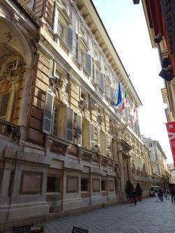 77 -Genova. Il palazzo Doria-Tursi. La facciata con la pietra rosa di Finale, l'ardesia della Valfontabuona dal colore grigio-nero e il marmo bianco di Carrara