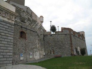 8 -Genova. Il-parco-urbano-e-le-fortificazioni-alla-base-della-lanterna.