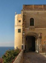 38 -Imperia, porto-Maurizio. la-torre-di-avvistamento-inglobata-nelle-mura-del porto.