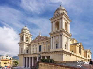 28 -Imperia, porto-Maurizio. la Basilicadi San Maurizio. È la più grande chiesa di tutta la Liguria le sue dimensioni esterne sono infatti di circa 70 × 42 m (82 m la lunghezza compresa la scalinata frontale), per una superficie totale di circa 3000 m². I campanili sono alti circa 36 m e la sommità della lanterna della cupola principale circa 48 m. Le dimensioni interne sono 69 × 35 m; la cupola principale è alta 33 m, quella secondaria 23 m.