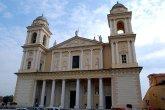29 -Imperia. San Maurizio. La facciata ha un atrio a otto colonne, affiancato da due campanili gemelli (ma solo quello di sinistra ospita effettivamente le campane). In alto sul frontone si può leggere la dedica e la data