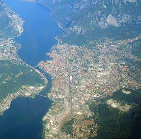 1 -Lecco. Veduta della città situata sul lago di Lecco, ramo orientale del lago di Como, e sulla sponda sinistra del fiume Adda, tra i monti della Grigna e dalla cresta del Resegone.