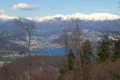 1 -Varese. La città di Varese si trova in una posizione caratteristica, ai piedi del Sacro Monte di Varese (nelle Prealpi varesine), che fa parte del Campo dei Fiori .