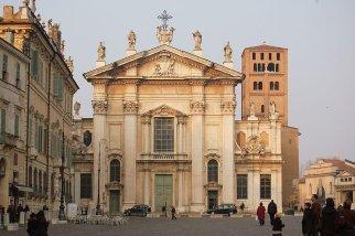 7 -Mantova. Il Duomo, dedicato a San Pietro, l'attuale in stile romanico con aggiunte gotiche, fu costruito tra il 1395 e il 1401, è il principale luogo di culto della città. La cattedrale è situata nella centralissima piazza Sordello, non lontano dal Palazzo Ducale e dalla basilica di Sant'Andrea.