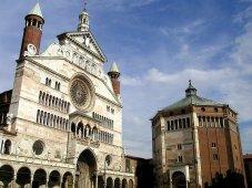 8-Cremona. La cattedrale di santa Maria Assunta è il principale luogo di culto cattolico della città. l complesso costituito dal Duomo, dal Battistero e dal Torrazzo