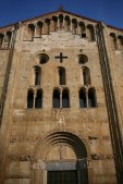6 -San_Michele_Maggiore,_Pavia,_veduta_Particolari della facciata, sorta nel periodo longobardo. La basilica ospitò nei secoli fastose cerimonie e incoronazioni; tra le quali l'incoronazione di Federico I Barbarossa, nel 1155.