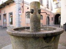 11-Sondrio ., Al centro della piazza quadrivio domina la caratteristica fontana monolitica del 1820, ricavata da un unico blocco di pietra.