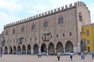16 -Mantova. Palazzo del Capitano, il palazzo, che si affaccia sul punto più alto di Piazza Sordello (già Piazza San Pietro), rappresenta la parte più antica dell'intero complesso di Palazzo Ducale e venne edificato, tra la fine del XIII e gli inizi del XIV secolo