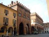 5-Cremona-piazza-del-comune-in-primo-piano-la-loggia-dei-militi-a-destra-il-palazzo-comunale