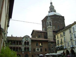 9-Pavia - Il Duomo e il Broletto, da Piazza della Vittoria