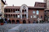 10 -Pavia. Palazzo-del-Broletto. Nato come sede vescovile , venne poi utilizzato dalle istituzioni per le assemblee cittadine e oggi è sede dell'ufficio informazioni turistiche e ospita nelle sue sale varie istituzioni culturali cittadine oltre ad uno spazio per le arti contemporanee.