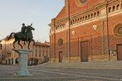 11 -Pavia. Dietro la piazza grande in una piazzetta più piccola, Il Duomo dedicato a Santa Maria Assunta ed a Santo Stefano (protomartire), è un'imponente costruzione con pianta a croce greca con inizio costruzione nel 1488 per essere conclusa verso il 1890. davanti al Duomo sorge la statua del Regisole e In fondo a sinistra, le rovine della Torre civica crollata nel 1989