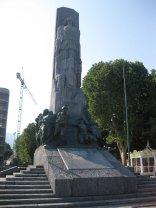 23-Lecco -Il Monumento ai caduti, è un'imponente stele in granito situata a Lecco , in riva al golfo del lago omonimo nei pressi della foce del torrente Caldone.L'opera realizzata fra il 1922 e il 1926 dallo scultore milanese Giannino Castiglioni