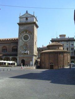 21 -Mantova-rotonda-di-san-lorenzo-e-torre-dellorologio-in-piazza-delle-erbe