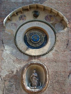 22 -Matova, particolare della torre dell' orologio. La Torre, a pianta rettangolare, fu eretta nel 1472 su progetto di Luca Fancelli e l'orologio a funzionamento meccanico progettato da Bartolomeo Manfredi vi fu collocato l'anno successivo. Nella nicchia sottostante, ricavata nel 1639, è stata collocata una statua della Madonna Immacolata.