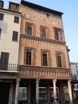 """31 -Mantova. Casa del MercanteAngolo tra piazza Erbe e piazza Mantegna. È detta anche """"Casa di Boniforte da Concorezzo"""", antico proprietario che la fece costruire nell'anno 1455. L'edificio è caratterizzato da una sorprendente facciata tutta in cotto con decorazioni di stile veneziano."""