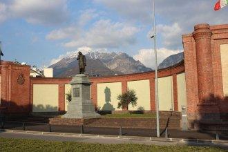 29 -Lecco. Il monumento ad Antonio Stoppani è una scultura bronzea collocata nell'omonima piazza di Lecco in memoria dell'abate lecchese, autore del Bel Paese.