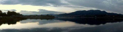 3 -Il lago di Varese al tramonto con il massiccio del monte Campo dei Fiori sullo sfondo. Il lago di Varese è situato ai piedi delle Prealpi Varesine ed un'altitudine di 238 m s.l.m.; ha una profondità media di 11 m e massima di 26, mentre la superficie è di 14,95 km2.
