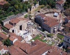5 -Brescia-veduta-aerea-foro-parco-archeologico- il patrimonio artistico e archeologico costituisce il centro storico bresciano e molti monumenti sono stati iscritti, nel 2011, nella lista dei beni Patrimonio Mondiale dell'Unesco.