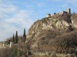 30 - Lecco- A 5 km da Lecco, Il castello di Somasca, anche noto come rocca dell'Innominato, è un complesso fortificato risalente al XIV secolo situato tra i comuni di Lecco e Vercurago. Nonostante lo stato di rudere in cui versa attualmente, le vestigia si trovano nel punto più elevato della frazione di Somasca su un'altura naturale posta a circa 420 metri di altitudine dominando l'intera area settentrionale della Valle San Martino.