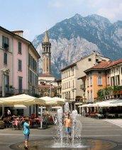 10 -Lecco . Piazza XX Settembre, e sullo sfondo il monte San Martino