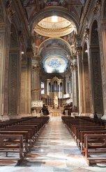 18 -Savona. L´interno della chiesa ricerca effetti di grandiosità e maestosità in carattere con lo stile del periodo controriformistico.