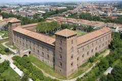 """23 -Pavia. Il castello Visconteo di Pavia fu costruito nel 1360 da Galeazzo II Visconti. I Visconti vollero anche disegnare un grandioso parco di caccia, che si estendeva originariamente per una decina di chilometri, fino alla Certosa di Pavia; oggi parte del territorio del parco è ancora presente, ma non più collegato al castello, e chiamato Parco della Vernavola. Nelle sue sale sono ospitate diverse esposizioni che compongono il complesso dei Musei Civici, tra cui un museo archeologico, una pinacoteca ed una sezione dedicata alla scultura moderna. Di particolare bellezza il decoro con imprese viscontee sul cielo stellato della """"Sala Azzurra"""", le figure del Cristo morto e dei Santi nell'originaria cappella a piano terreno, i motivi a tappezzeria e le immagini muliebri su sfondo di rose. Negli ultimi anni all'interno del castello vengono organizzate diverse mostre e, durante l'estate, anche concerti all'interno della corte."""