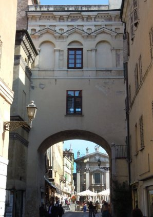 """38 - Mantova. Voltone di San Pietro """"Voltone di San Pietro"""" o """"Porta di San Pietro"""", sino alla fine del XIII secolo, era una delle tre antiche porte[28] che, inserita nella prima cinta muraria della città, chiudeva l'accesso a Piazza San Pietro (ora Piazza Sordello), centro della civitas vetus."""