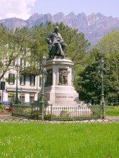 26 -l monumento ad Alessandro Manzoni è una scultura bronzea collocata nell'omonima piazza di Lecco in memoria del grande scrittore milanese che ivi ambientò il romanzo, capolavoro della letteratura italiana, de I promessi sposi.