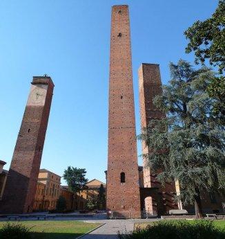 29 -Pavia, detta la città delle cento torri. Tra le più importanti sono sicuramente le tre di piazza Leonardo da Vinci,
