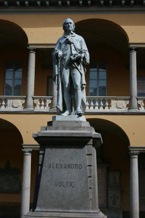 32 -Pavia. Monumento ad Alessandro Volta, in un chiostro dell'Università di Pavia.