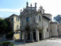 8 -Varese. A poca distanza dal centro storico, la chiesa della Madonnina in prato (1574). All'interno dell'edificio è conservato un pregevole affresco d'inizio Quattrocento, forse parte di un'edicola votiva, raffigurante la Vergine in trono con Bambino e numerosi affreschi di Antonio Busca risalenti al 1667.
