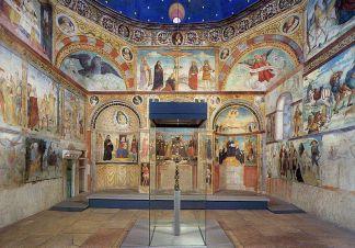 23 -santa_maria_in_solario_brescia_linterno-si-notano-le-tre-absidi-gli-affreschi-del-ferramola-e-al-centro-la-teca-contenente-la-croce-di-desiderio