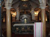 11 -Mantova. Basilica di Sant'Andrea, altare-nel-cui-interno-sono-conservati-i-sacri-vasi-nella-cripta