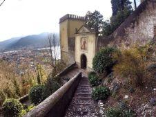 """32 -Lecco. Via delle Cappelle , lungo questo sentiero si incontra, ad un certo punto, una scalinata dai gradini molto alti chiamata la """"Scala Santa"""". Proseguendo si scorge ad un certo punto una visione bellissima, quella del santuario."""